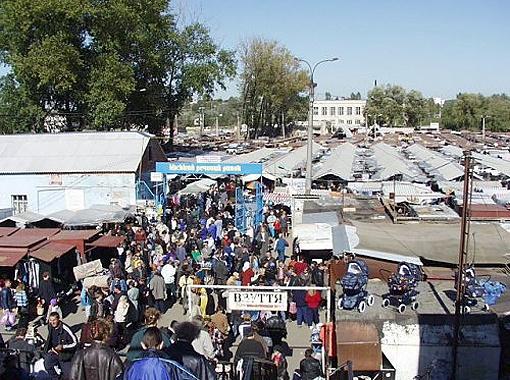 Специалисты считают, что скоро эти привычные базарные ряды сменят комфортабельные торговые центры.