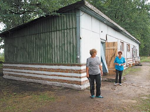 В таких деревянных бараках живут украинцы.