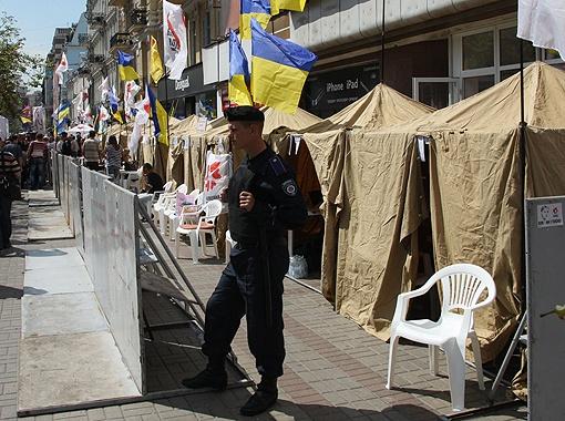 Палаточный городок на Крещатике в поддержку Тимошенко охраняют несколько десятков сотрудников милиции.