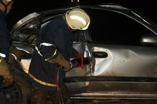Спасателем пришлось резать авто. Фото: 0629.