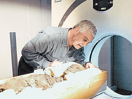 Захи Хавасс во время томографии мумии Тутанхамона. Фото с сайта aftonbladet.se.