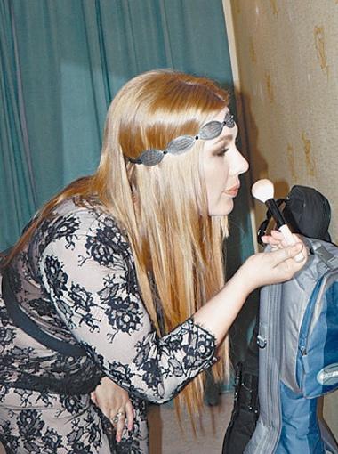 Ева Польна поправляет макияж перед выходом на сцену.