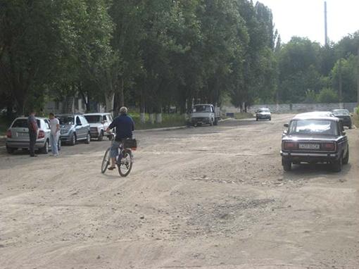 Передвигаться по этой улице нелегко и пешеходам, и автомобилистам, и велосипедистам.