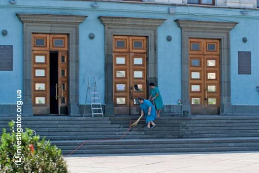 Совмин отмывали уборщицы. Фото investigator.org.ua.