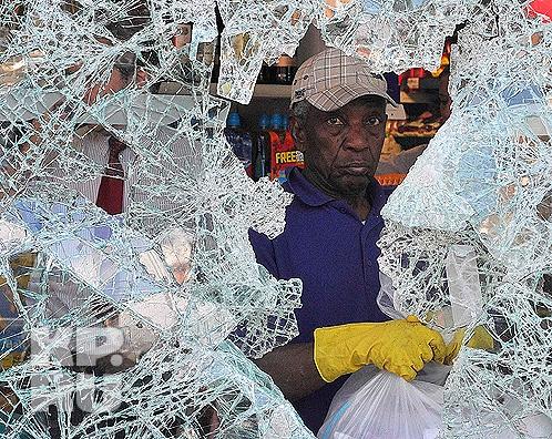 Британские стекольщики без работы в ближайшее время не останутся... Фото: REUTERS