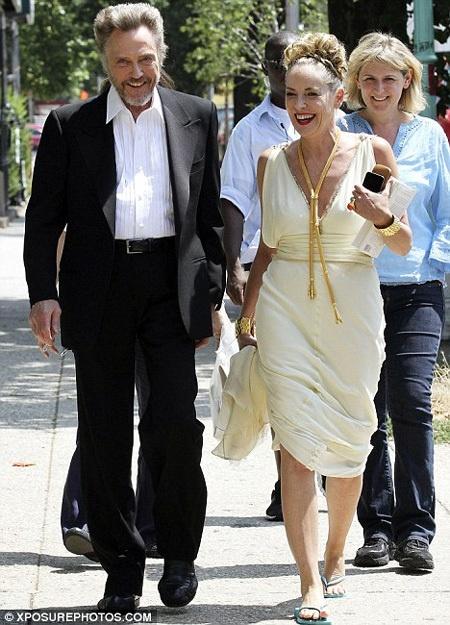 Шэрон шутила и смеялась с коллегой по съемочной площадке Кристофером Уокеном. Фото: Daily Mail.