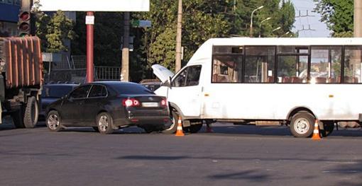 Водитель авто решил, что для него горит зеленый сигнал светофора. Фото: 0629.
