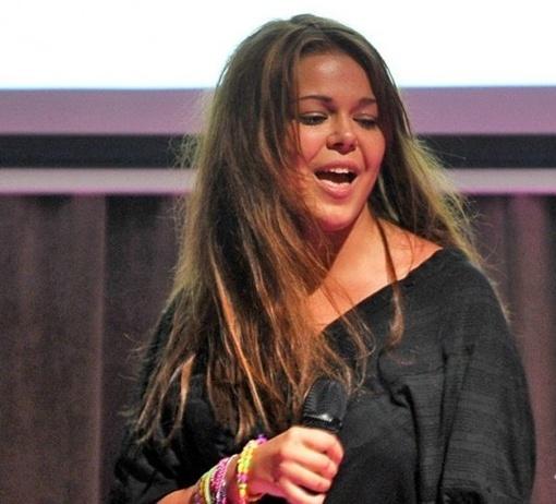 Певица предстала в образе длинноволосой прелестницы. Фото: Владимир Шевчук, tochka.net