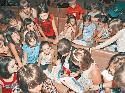 Дети учатся распознавать онлайн-угрозы на распечатанных картинках сайтов. Фото пердоставлено компанией