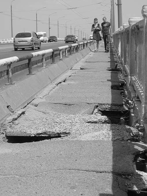 Жителям города нужно быть предельно осторожными, прогуливаясь с одного берега на другой по пешеходной дорожке моста. Фото автора.