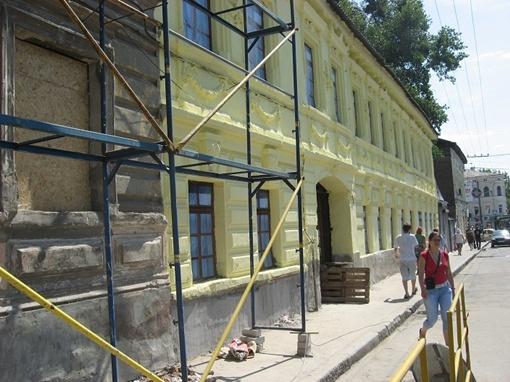 Здание на ул. Клочковской неподалеку от книжной балки преобразилось. Правда только внешне.
