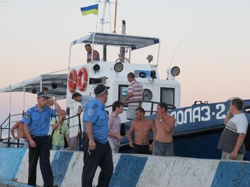 Люди спасшиеся с утонувшего катера. Фото с сайта kafanews.com.
