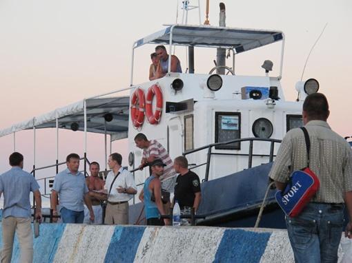 Катер доставил туристов на берег. Фото с сайта kafanews.com.