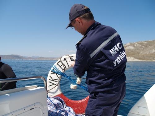 Этот спасательный круг был привязан к затонувшей лодке и впоспользоваться им не никто не успел