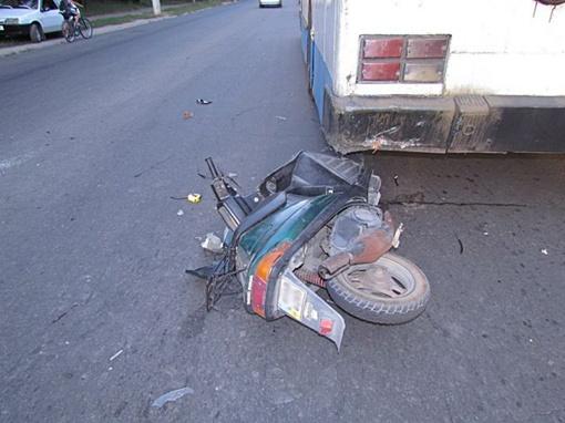 Мопедист врезался в троллейбус. Фото: www.0629.com.ua/