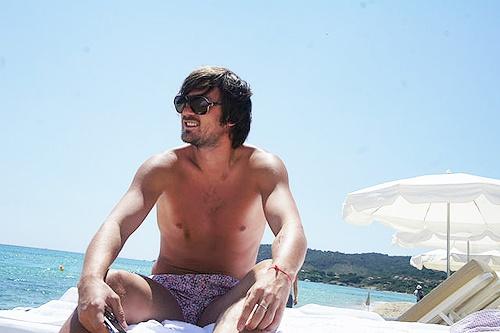 Дальше пошли фото с пляжей, где футболист принимает солнечные ванны.