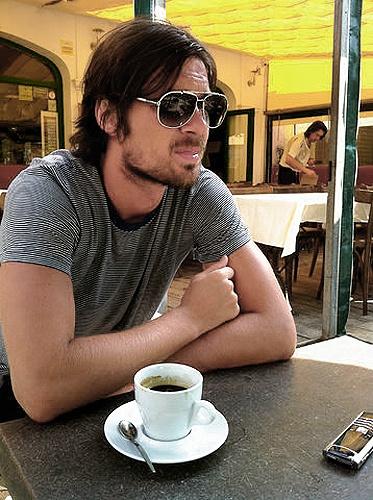 Милевский попивает кофе.
