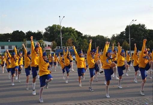 Танцоры плясали синхронно и с азартом. Фото: city.kharkov.ua