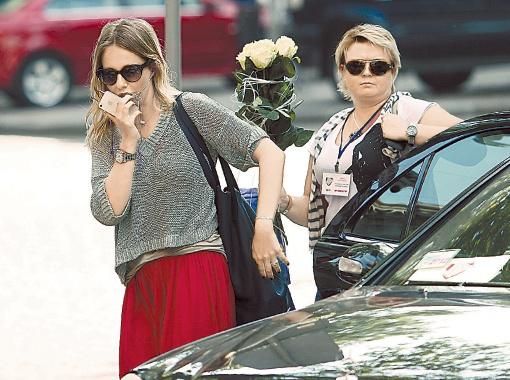 Ксению встретили в аэропорту с букетом роз и увезли в черном