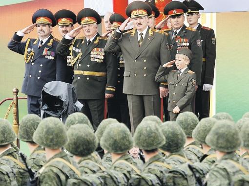 Александр Лукашенко крепко держит оборону и растит себе смену.