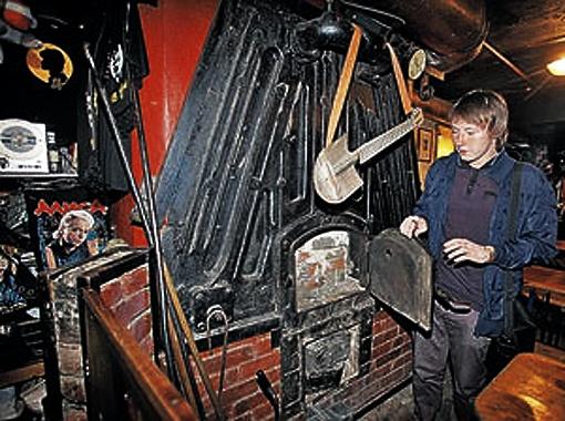 Простая кочегарка, в которой Виктор работал, чтобы его не сочли тунеядцем, стала с годами культовым местом. Фото Тимура Ханова.