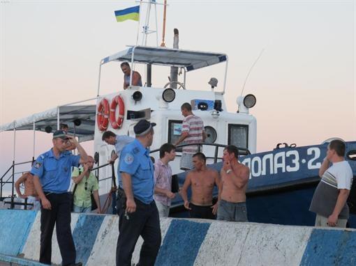 А за прогулку на спасательном катере тоже надо платить? Фото с сайта kafanews.com.