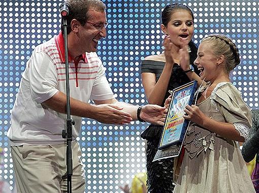 Николай Баграев поздравляет обладательницу Гран-при.