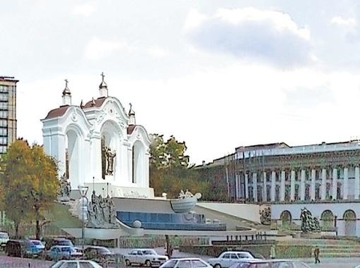 Трио белоснежных арок с надписью