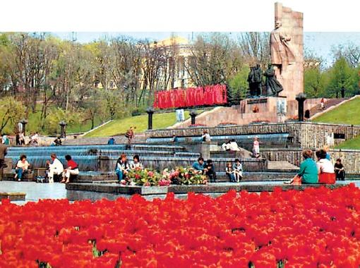 Памятник Ленину исчез с площади в 1991 году.
