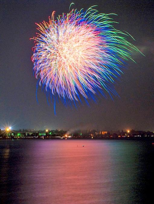 Гвоздем праздничной программы в День независимости будет - салют. Фото с сайта www.gorod.dp.ua