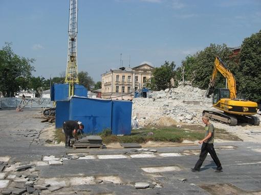 От памятника на пл. Конституции остались одни воспоминания... и груда строительного мусора. Фото автора.