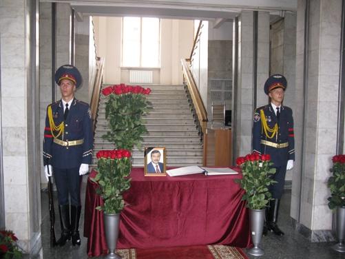 Первый в книге памяти подписались Виктор Плакида, Элмиз Абдуллаев, Ильми Умеров