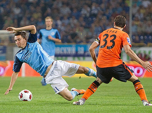 Как игроку атаки, Олейнику (слева) нередко приходится получать по ногам от соперников.