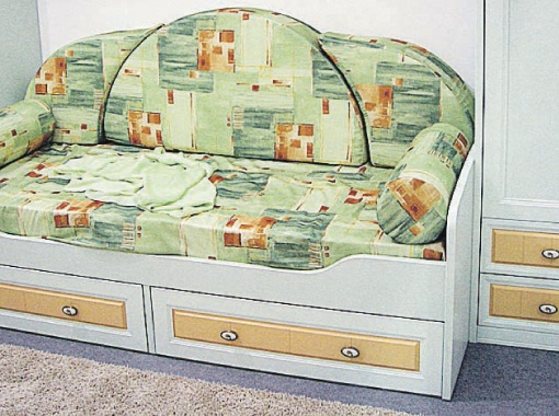 Желательно, чтобы кровать ученика могла трансформироваться в удобный диван, где могли бы посидеть школьные друзья.