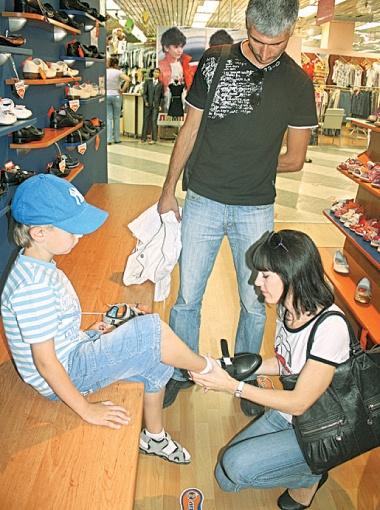 Будущему школьнику новые туфли пришлись по душе.