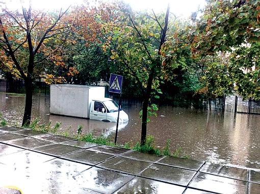 На Братиславской машинам пришлось передвигаться вплавь. Фото с сайта bagnet.org.