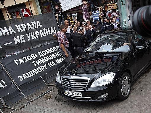 Когда Виктор Андреевич выезжал из Печерского суда, милиция всеми силами сдерживала толпу митингующих.