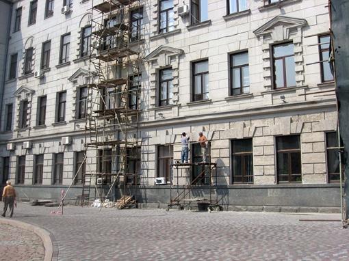 Здание театра - не единственное, которое приводят в порядок ко Дню независимости