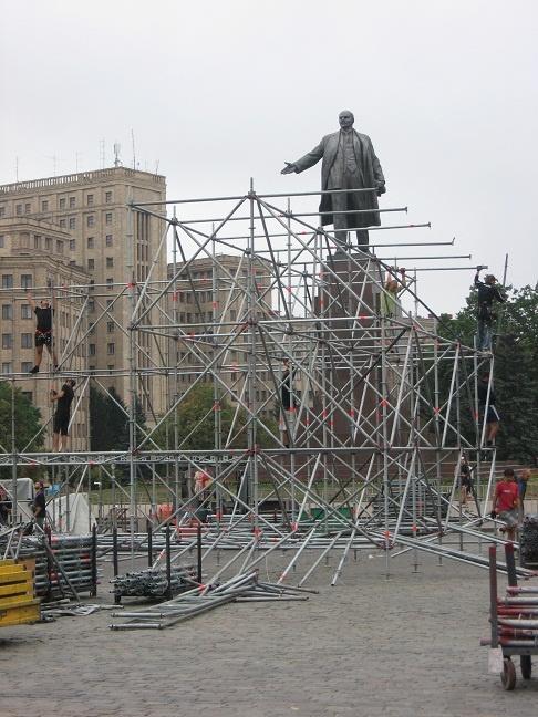 Концертное сооружение будет 14 метров в высоту, 10 длиной и 20 в ширину. Фото автора.