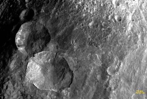 На поверхности астероида виден
