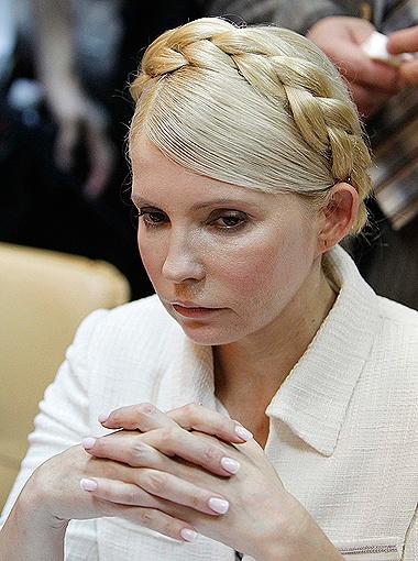 Несмотря на плохое самочувствие, леди Ю в суде стареется выглядеть достойно.