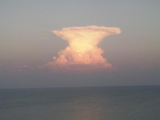 Подсвеченное солнцем облако успели многие сфотографировать. Фото с сайта 0629.com.ua