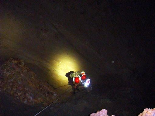 Спасатели поднимают девушку по вертикальному участку
