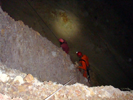 Подъем юноши наверх. Фото Коммунальной аварийно-спасательной службы Севастополя и автора