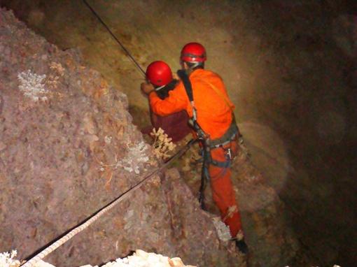 Подъем юноши наверх. Фото Коммунальной аварийно-спасательной службы Севастополя и автора.