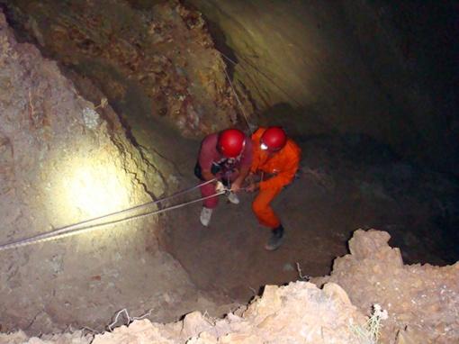 Спасатели работали ночью. Фото Коммунальной аварийно-спасательной службы Севастополя и автора.