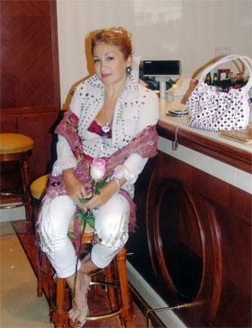 Айвазова с цветами от мужа, но без машины. Фото из семейного альбома Алины Айвазовой.