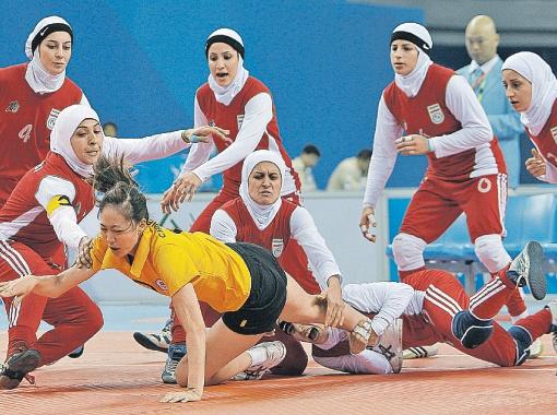 Это не ловля вышедшей без паранджи на улицу девушки религиозной полицией. Это сборная Ирана на Всеазиатских играх в кабадди с командой Китая.