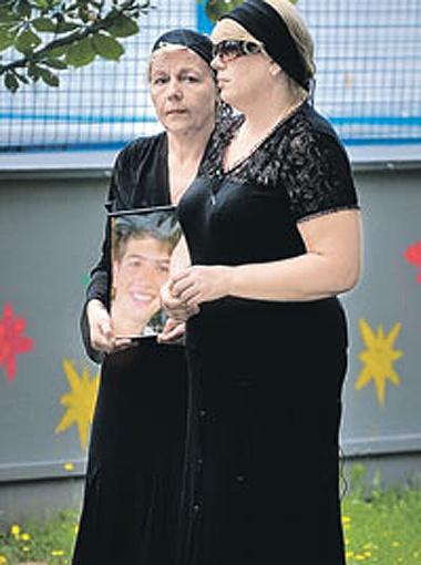 Мама погибшего (на фото справа) и его крестная считают, что медики не все сделали для спасения Вани. Фото Сергея Шахиджаняна.