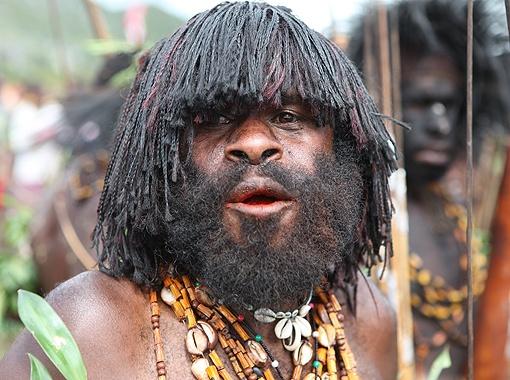 На губах у этого красавца-папуаса видна кровавая слюна, образующаяся от наркотических орешков.
